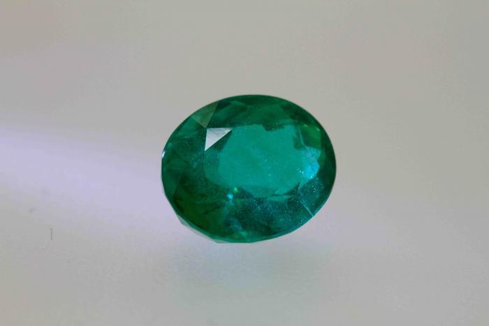 Emeraude vivid color 2.31 carat certifiée CGL