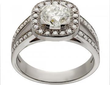 Bague  avec corps fourche et tête coussin avec un diamant central de 1,00 carat