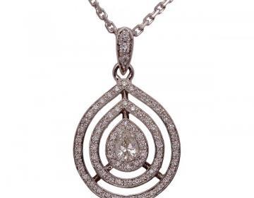 Pendentif poire diamants en or 18 carats sertie d'un diamant poire central.