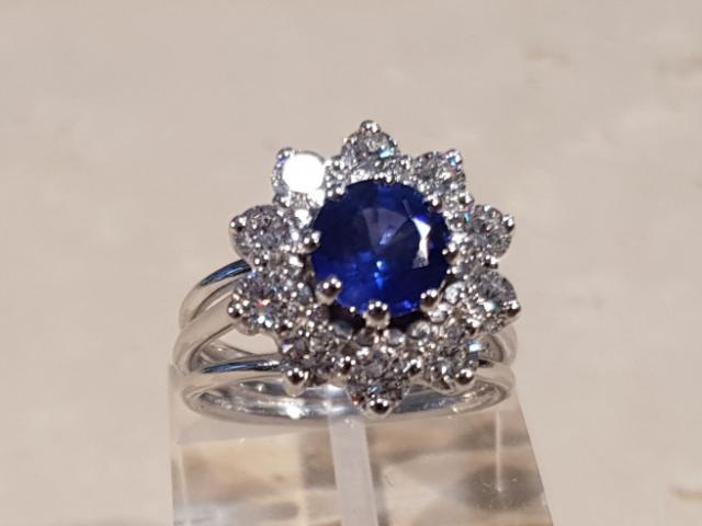 Bague sertie d'un saphir et de diamants chez Or-Gemmes, Votre Joaillier à Paris