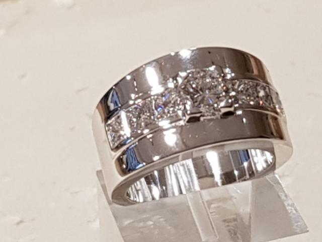 Bague en or blanc 18 carats sertie d'un diamant de 0,80 carat et de 6 diamants