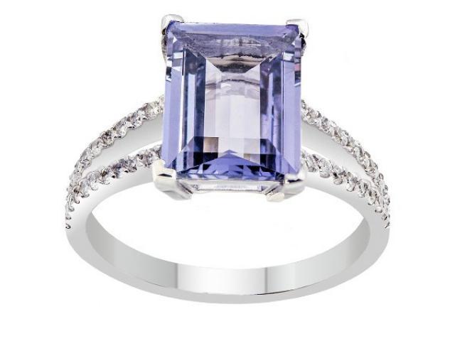 Bague en or blanc 18 carats sertie  un Saphir de couleur parme(mauve) et diamants