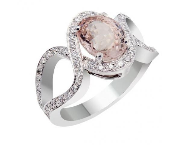 Bague en or blanc 18 carats sertie  un Saphir de couleur pêche clair (paparacha) et diamants