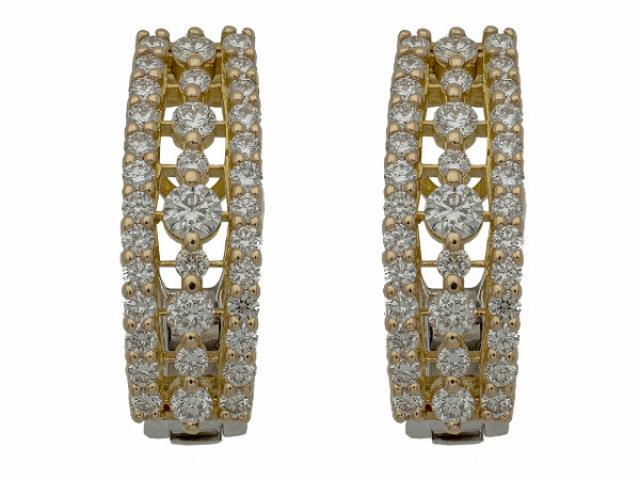 Paire de boucles d'oreille en or 18 carats sertie de 1,24 carat de diamants.
